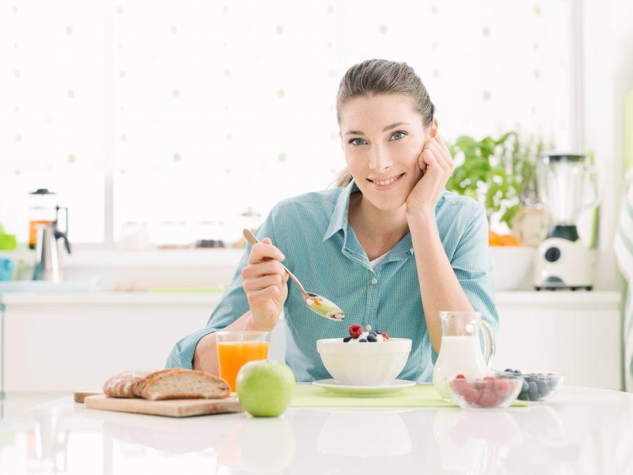 美味しい糖質制限食を食べる女性
