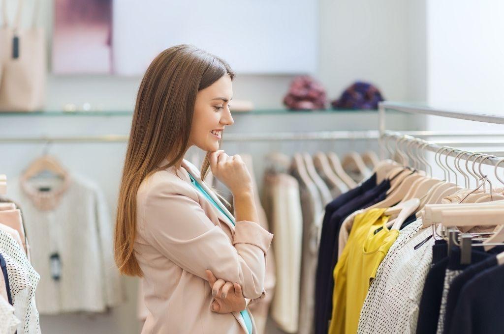 好きな洋服を選ぶ女性